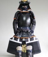 紺糸威黒艶消鋲綴二枚胴具足(桃形)